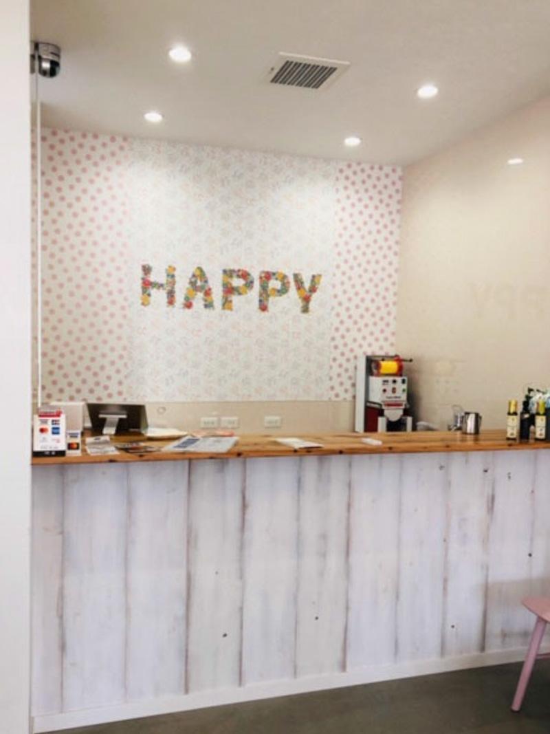 フロントにcuteなドット柄をアクセントにした明るいカフェ 輸入壁紙