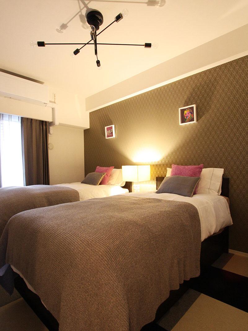 6畳の寝室をホテルライクな空間に 輸入壁紙 クロス ボーダー壁紙