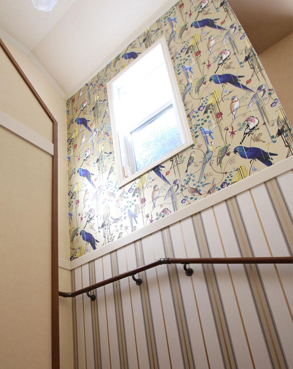 鳥たちのさえずりが聞こえそう 窓が主役の階段ホール 輸入壁紙